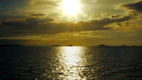 Δραματικός χρυσός ουρανός ηλιοβασιλέματος και τροπική θάλασσα φιλμ μικρού μήκους