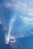 Δραματικός χρόνος ηλιοβασιλέματος σύννεφων με τις ηλιαχτίδες Στοκ εικόνες με δικαίωμα ελεύθερης χρήσης