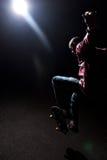 δραματικό άλμα skateboarder κάτω Στοκ φωτογραφία με δικαίωμα ελεύθερης χρήσης