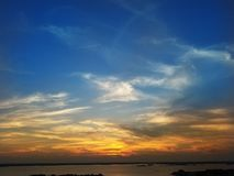 Δραματικό δύο-τονισμένο ωκεάνιο ηλιοβασίλεμα πόλεων στοκ εικόνα