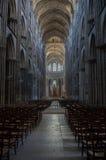 Δραματικό εσωτερικό του καθεδρικού ναού με τις σειρές των καρεκλών Στοκ φωτογραφίες με δικαίωμα ελεύθερης χρήσης