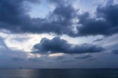 Δραματικό ηλιοβασίλεμα επάνω από τη θάλασσα r στοκ εικόνα με δικαίωμα ελεύθερης χρήσης