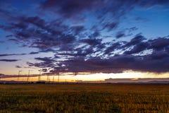 Δραματικό ηλιοβασίλεμα πέρα από έναν τομέα Στοκ Φωτογραφίες