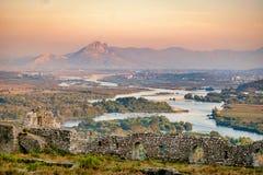 Δραματικό ηλιοβασίλεμα πέρα από τα βουνά στοκ φωτογραφία με δικαίωμα ελεύθερης χρήσης