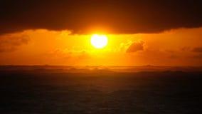 Δραματικό ηλιοβασίλεμα πέρα από τα ωκεάνια κύματα Σύννεφα απόθεμα βίντεο