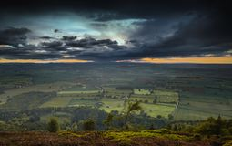 Δραματικό ηλιοβασίλεμα πέρα από τη βρετανική επαρχία στοκ εικόνες με δικαίωμα ελεύθερης χρήσης