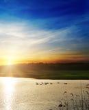 Δραματικό ηλιοβασίλεμα πέρα από τον ποταμό Στοκ φωτογραφίες με δικαίωμα ελεύθερης χρήσης