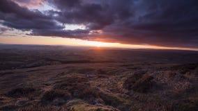 Δραματικό ηλιοβασίλεμα πέρα από το υψίπεδο στην άνοιξη απόθεμα βίντεο