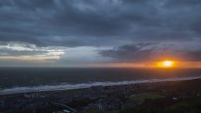 Δραματικό ηλιοβασίλεμα πέρα από το χρονικό σφάλμα Barmouth απόθεμα βίντεο