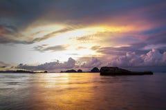 Δραματικό ηλιοβασίλεμα στην παραλία AO Nang, Krabi, Ταϊλάνδη Στοκ Φωτογραφίες