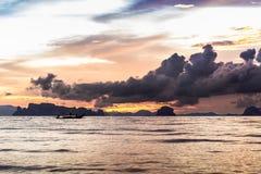 Δραματικό ηλιοβασίλεμα στην παραλία AO Nang, Krabi, Ταϊλάνδη Στοκ Εικόνες