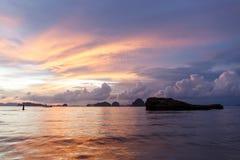 Δραματικό ηλιοβασίλεμα στην παραλία AO Nang, Krabi, Ταϊλάνδη Στοκ εικόνα με δικαίωμα ελεύθερης χρήσης