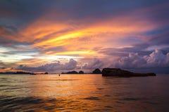 Δραματικό ηλιοβασίλεμα στην παραλία AO Nang, Krabi, Ταϊλάνδη Στοκ Φωτογραφία