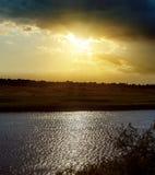 Δραματικό ηλιοβασίλεμα και ποταμός Στοκ φωτογραφία με δικαίωμα ελεύθερης χρήσης