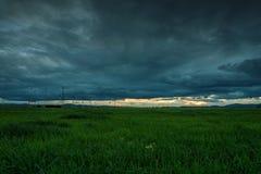 Δραματικό ηλιοβασίλεμα πέρα από έναν τομέα Στοκ φωτογραφία με δικαίωμα ελεύθερης χρήσης