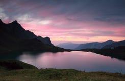 Δραματικό ηλιοβασίλεμα πέρα από την αλπική λίμνη Στοκ εικόνες με δικαίωμα ελεύθερης χρήσης