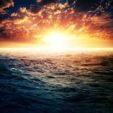 Δραματικό ηλιοβασίλεμα πέρα από την ωκεάνια επιφάνεια Στοκ Εικόνες