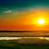 Δραματικό ηλιοβασίλεμα πέρα από τον ποταμό Στοκ εικόνες με δικαίωμα ελεύθερης χρήσης
