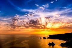 Δραματικό ηλιοβασίλεμα πέρα από το βράχο Aphrodite επίσης γνωστό ως βράχος Στοκ Εικόνες