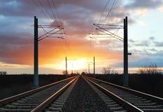 Δραματικό ηλιοβασίλεμα πέρα από το σιδηρόδρομο Στοκ εικόνες με δικαίωμα ελεύθερης χρήσης