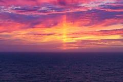 Δραματικό ηλιοβασίλεμα ροδάκινων πέρα από την ανοικτή θάλασσα Στοκ Φωτογραφίες
