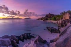 Δραματικό ηλιοβασίλεμα στην παραλία δ ` Argent πηγής Anse, νησί Λα Digue, Σεϋχέλλες Στοκ Φωτογραφίες