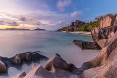 Δραματικό ηλιοβασίλεμα στην παραλία δ ` Argent πηγής Anse, νησί Λα Digue, Σεϋχέλλες Στοκ εικόνες με δικαίωμα ελεύθερης χρήσης