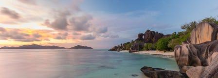 Δραματικό ηλιοβασίλεμα στην παραλία δ ` Argent πηγής Anse, νησί Λα Digue, Σεϋχέλλες Στοκ Εικόνες