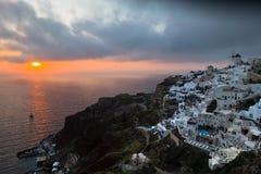 Δραματικό ηλιοβασίλεμα Oia στο χωριό στο νησί Santorini Στοκ φωτογραφία με δικαίωμα ελεύθερης χρήσης