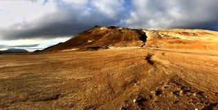 Δραματικό και otherworldly γεωθερμικό τοπίο Hverir Ισλανδία Στοκ εικόνα με δικαίωμα ελεύθερης χρήσης