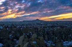 Δραματικό μπλε και πορτοκαλί χειμερινό ηλιοβασίλεμα πέρα από το μυστικό Cappadocia, Τουρκία Στοκ φωτογραφία με δικαίωμα ελεύθερης χρήσης