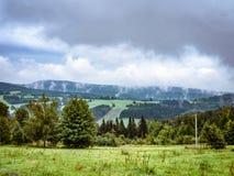Δραματικό νεφελώδες misty βουνό ladscape, λιβάδι και δάσος Στοκ εικόνες με δικαίωμα ελεύθερης χρήσης