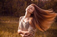 Δραματικό πορτρέτο ενός θέματος κοριτσιών: πορτρέτο ενός όμορφου κοριτσιού με την πετώντας τρίχα στον αέρα σε ένα κλίμα στο δάσος Στοκ Φωτογραφίες