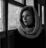 Δραματικό πορτρέτο ενός νέου όμορφου κοριτσιού Ένα κορίτσι με μια ευχάριστη εμφάνιση και λυπημένος κοιτάζει Δημιουργικό πορτρέτο  Στοκ φωτογραφίες με δικαίωμα ελεύθερης χρήσης