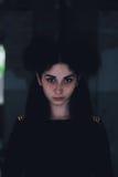 Δραματικό πορτρέτο ενός νέου όμορφου κοριτσιού Ένα κορίτσι με μια ευχάριστη εμφάνιση και λυπημένος κοιτάζει Δημιουργικό πορτρέτο  Στοκ Εικόνες