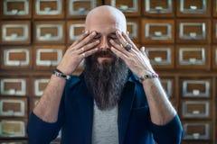 Δραματικό πορτρέτο του κουρασμένου γενειοφόρου ατόμου hipster στην πίεση στοκ φωτογραφία με δικαίωμα ελεύθερης χρήσης