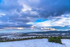 Δραματικό τοπίο ουρανού όμορφη θέα βουνού Αειθαλής ιουνίπερος Στοκ Εικόνα