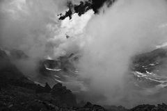 δραματικό τοπίο υψηλών βουνών σύννεφων Στοκ Εικόνα