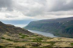Δραματικό τοπίο Westfjords στην Ισλανδία στο νεφελώδη καιρό Στοκ Εικόνες