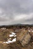 Δραματικό χειμερινό τοπίο με το ομιχλώδες βουνό και μια μεγάλη πέτρα Ρωσία, Stary Krym Στοκ φωτογραφίες με δικαίωμα ελεύθερης χρήσης