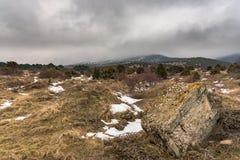 Δραματικό χειμερινό τοπίο με το ομιχλώδες βουνό και μια μεγάλη πέτρα Ρωσία, Stary Krym Στοκ φωτογραφία με δικαίωμα ελεύθερης χρήσης