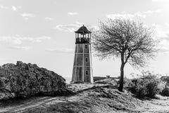 Δραματικό seascape με τον παλαιό φάρο μονοχρωματικός στοκ φωτογραφίες