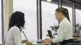 Δραστήρια γυναίκα υπάλληλοι που ελέγχει τα έγγραφα, ομάδα γραφείων που λειτουργούν στο πρόγραμμα από κοινού απόθεμα βίντεο