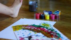 Δραστηριότητες ζωγραφικής για τα παιδιά παιδιών που χρωματίζουν την ακρυλική τέχνη παιδιών ` χρωμάτων χρωμάτων δάχτυλων δραστηριο απόθεμα βίντεο