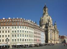 ΔΡΕΣΔΗ, ΓΕΡΜΑΝΙΑ - 17 ΣΕΠΤΕΜΒΡΊΟΥ 2014: Οι άνθρωποι περπατούν στο κέντρο της παλαιάς πόλης, κοντά σε Frauenkirche η γυναικεία εκκ Στοκ Εικόνες