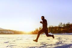 Δρομέας αθλητών που τρέχει στο χιόνι στοκ εικόνα με δικαίωμα ελεύθερης χρήσης
