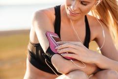 Δρομέας γυναικών που ακούει τη μουσική με το κινητό τηλέφωνο armband Στοκ εικόνες με δικαίωμα ελεύθερης χρήσης