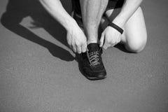 Δρομέας, δαντέλλες παπουτσιών δεσμών ατόμων Στοκ Εικόνες