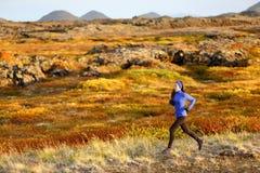 Δρομέας ιχνών γυναικών που τρέχει στο τοπίο βουνών Στοκ φωτογραφία με δικαίωμα ελεύθερης χρήσης