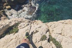 Δρομέας ιχνών στην άκρη απότομων βράχων Στοκ εικόνες με δικαίωμα ελεύθερης χρήσης